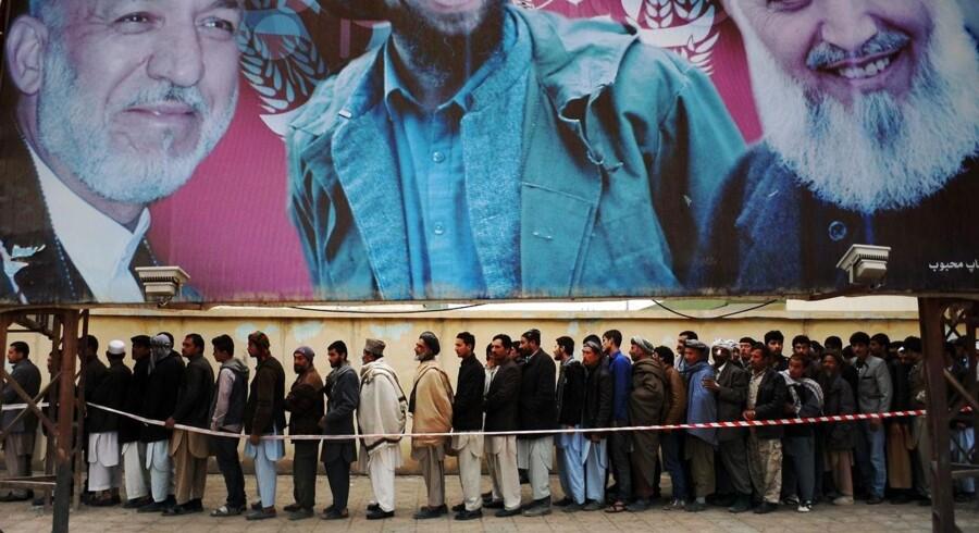 Denne lørdag skulle der stemmes om hvem, der skal afløse den afgående afghanske præsident, Hamid Karzai. Valgdeltagelse var så stor, at valget blev forlænget med en time. Den brede opbakning til at afgive stemme var på trods af flere trusler om voldelige angreb fra Taleban.