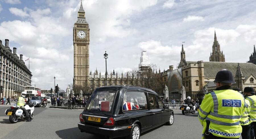 Thatchers kiste ankommer til Palace of Westminster i London.