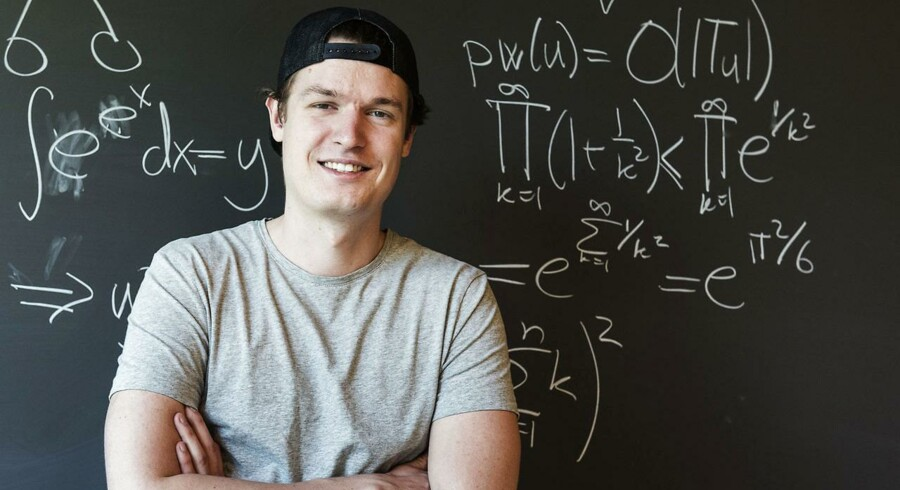 Allerede da han tog sin bachelorgrad, konstruerede Mathias Bæk Tejs Knudsen et nyt matematisk bevis, som det gennem årtier ikke var lykkedes for topforskere at finde frem til. Nu skal han forsvare Danmark ved VM i programmering.