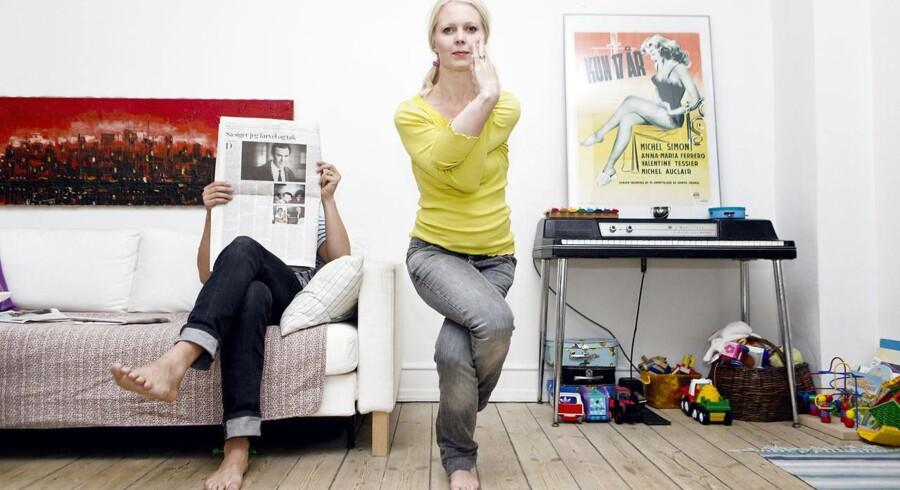 Her dyrker sanger og skuespiller Sara Grabow yoga, mens hendes mand bliver siddende i sofaen. Fra et tidligere interview med Berlingske.