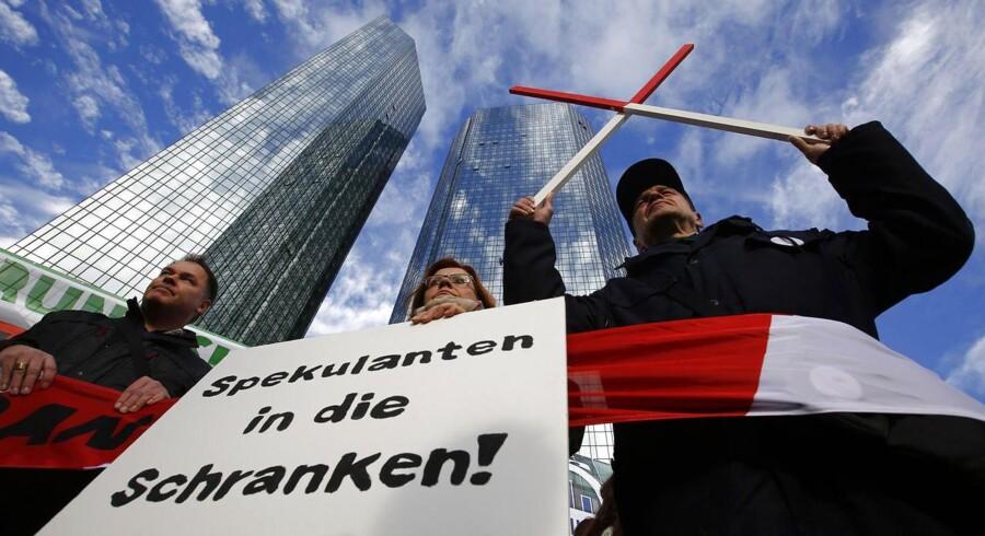 Aktivister demonstrerede tirsdag imod Deutsche Bank og beskyldte banken for umoralsk spekulation i fødevarer - i retten må banken forsvare sig imod vildledning af kunder.