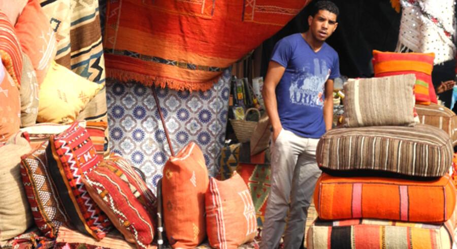 Farvestrålende kelim hos tæppehandlerne i souken.