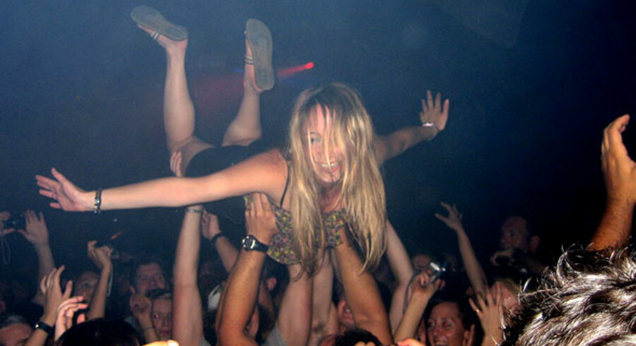 Der er så mange mennesker på Pacha, at man kan kaste sig ud i en stage-dive, som denne pige gør.