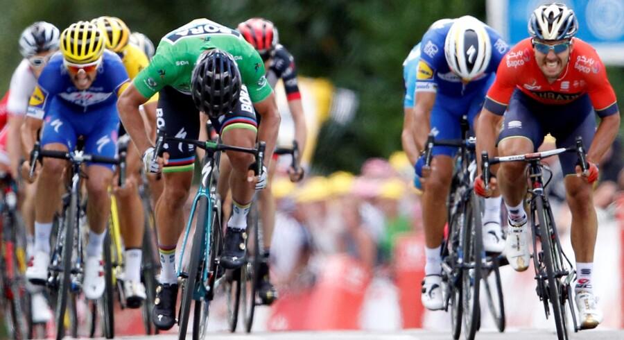 Peter Sagan vandt 5. etape foran Sonny Colbrelli (i rød trøje til højre). Greg Van Avermaets gule skuldre kan skimtes længere tilbage. Stephane Mahe/Reuters