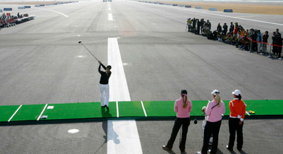 Her er det svenske Annika Sörenstam, der spiller golf på en landingbane i verdens bedste lufthavn, Incheon International Airport i Seoul.