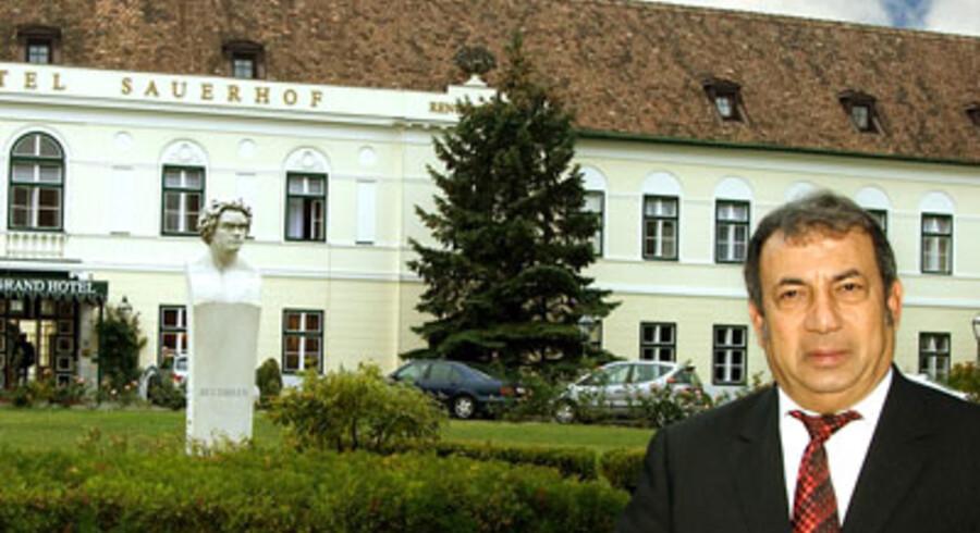 Enan Galaly foran det nyerhvervede hotel Grand Hotel Sauerhof. I haven foran hotellet står en statue af den tyske komponist Beethoven, der besøgte Østrig to gange. Foto: Scanpix Danmark