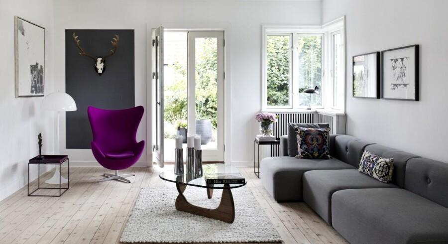 Stuen rummer både nye og gamle danske klassikere med blandt andet en sofa fra Hay og Ægget af Arne Jacobsen. Billederne over sofaen er fra Cathrine Raben Davidsen og var parrets fem års bryllupsdagsgave til hinanden.