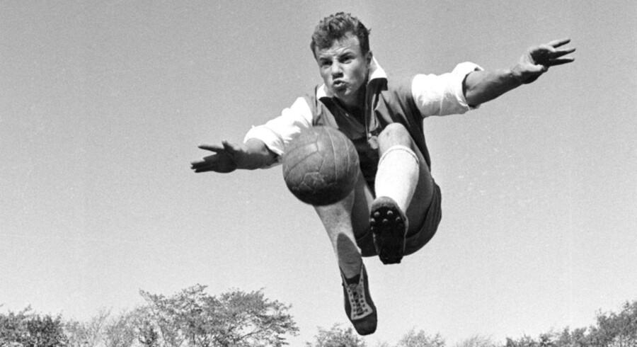 Den danske fodboldhelt, Harald Nielsen med det folkelige kælenavn, 'Guld Harald', er sovet ind efter en ondartet kræftlidelse, 73 år. Det skriver Ritzau i følge TV2. Klik videre og se pletskud fra 'Guld Haralds' fodboldkarriere.