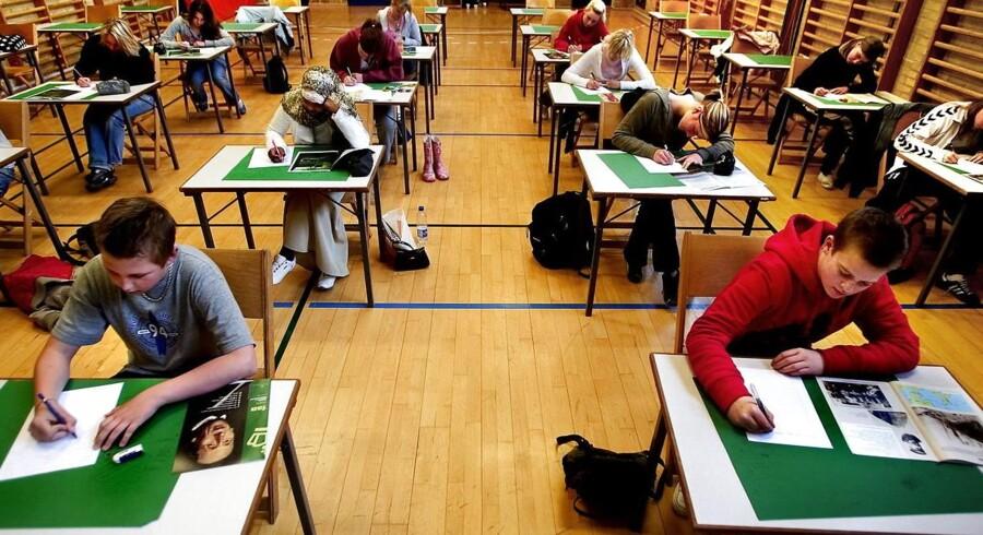 Arkivbilledet her er fra en eksamen i dansk stil på Rødovre Skole i 2005 og således en anelse bedaget. Men det er folkeskolens afgangsprøver også, mener Danske Skoleelever.