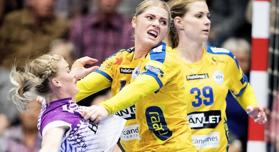 Sarah Iversen (i midten) spillede en god kamp for Nykøbing Falster Håndbold i ligakampen onsdag aften hjemme mod FCM. Scanpix/Claus Bech/arkiv