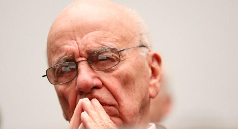 Rupert Murdoch lukker News of the World på grund af aflytningsskandalen.
