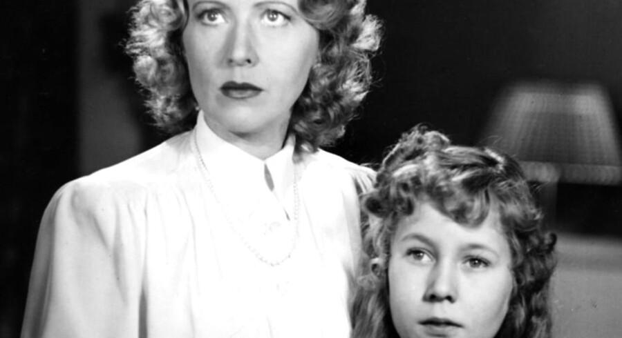 """Man gjorde et barn fortræd: Anna Borg og barneskuespilleren Verna Olesen i filmen """"Affæren Birthe""""."""