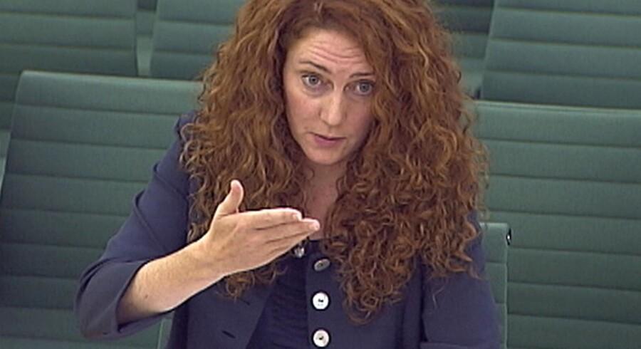 Hård uge for Rebekah Brooks. Først lukkede en af hendes aviser. Så mistede hun sit job. Og så røg hun i fængsel. I dag blev hun krydsforhørt af parlamentsmedlemmer i London.