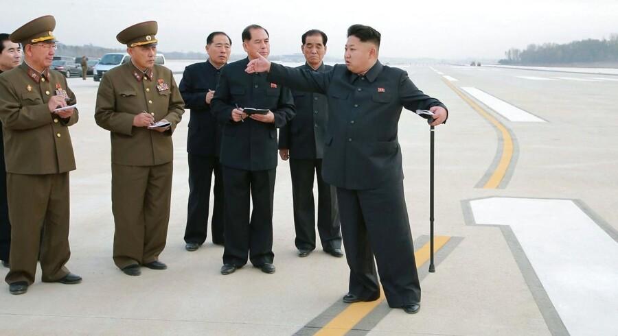 Et billede fra den 1. november, hvor Nordkoreas leder Kim Jong-un fortsat måtte gå med stok.