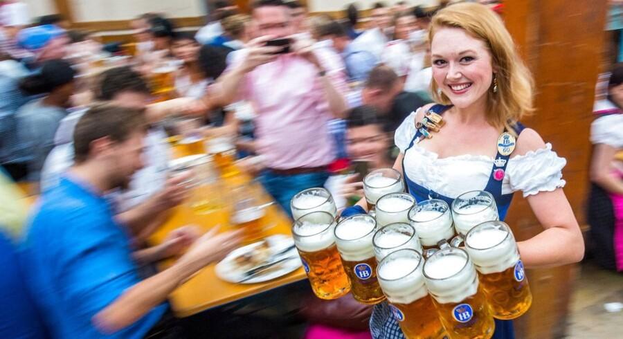 Tradition tro afholdes der i slutningen af september en kæmpe Oktoberfest i München. Oktoberfesten strækker sig over 16 dage og har årligt mere end seks millioner besøgende fra hele verden.  Dagene under festivalen er fyldt med parader, og tyske specialiteter som bratwürst, sauerkraut og øltelte. Samtidig bærer de fleste af deltagerne også traditionelle bayerske klæder som lederhosen, dirndl og veste.En udklædt tjener i et af de mange øltelte bærer 11 liter øl til de tørstige gæster.