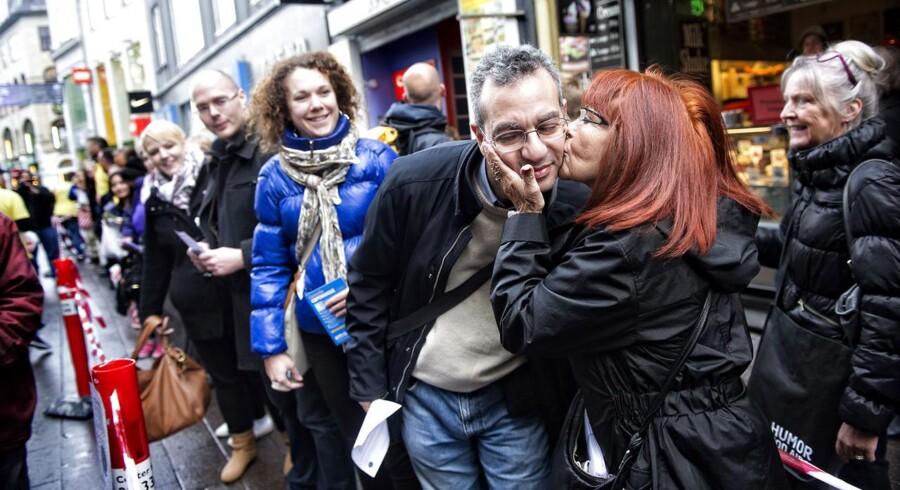 AIDS Fondet satte torsdag den 8. maj en Guiness Verdensrekord for verdens længste kyssekæde på Strøget i København. Kyssene blev udvekslet under budskabet 'Kys Fordomme Farvel' og det er ikke tilfældigt, at det skete samme uge, som der afholdes Eurovision Song Contest.  - Vores mål er at kysse fordomme om hiv godt og grundigt farvel, og skal vi lykkes med det, så skal folkefesten i København virkelig dukke op og være med til at danne verdens længste kæde af kys og mangfoldighed. Det er helt i Eurovisions ånd om fællesskab, så vi tror på, at det lykkes, udtaler Henriette Laursen, direktør i AIDS-Fondet, som var arrangør af begivenheden.I alt 375 personer var med til at sætte rekorden, som tidligere lød på 351 personer. De sendte kyssene i en flere hundrede meter lang kæde fra Nytorv til Guiness World Record Museum i Østergade, nær Strøgets udmunding i Kgs. Nytorv. Se det store billedgalleri her - måske kender du nogle af deltagerne?