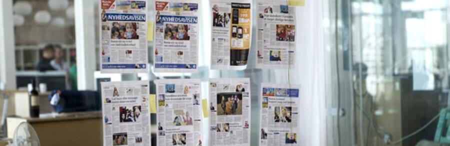 Det er slut med aviseventyret. Nyhedsavisen har lukket og slukket, og de ansatte er i færd med at pakke deres ting sammen. På glasvæggen hænger den sidste avis, som aldrig nåede at udkomme.