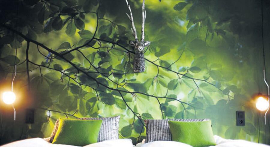 Alle værelser er unikt udsmykket, som her »Naturrummet« og »Romantiska rummet« . På terrassen kan man hoppe i sin egen private jacuzzi. Foto: PR