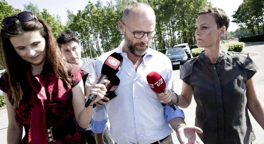 Henrik Qvortrup bliver udspurgt af pressen, før han torsdag skal afhøres af politiet.