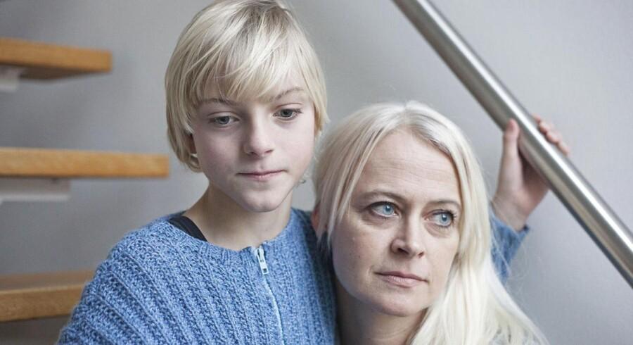 Marius og hans mor Bettina. Marius er født blind pga. en hjerneblødning som spæd. Han gik i en skoleklasse med andre elever med forskellige handicap, men det var ikke en god ordning. Nu er han taget ud af skolen.
