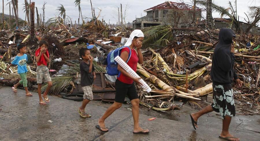 Supertyfonen »Haiyan« har trukket et ødelæggende spor gennem Filippinerne. Nu forsøger den filippinske regering og befolkning at få styr på det resulterende kaos og få rettet op på skaderne.