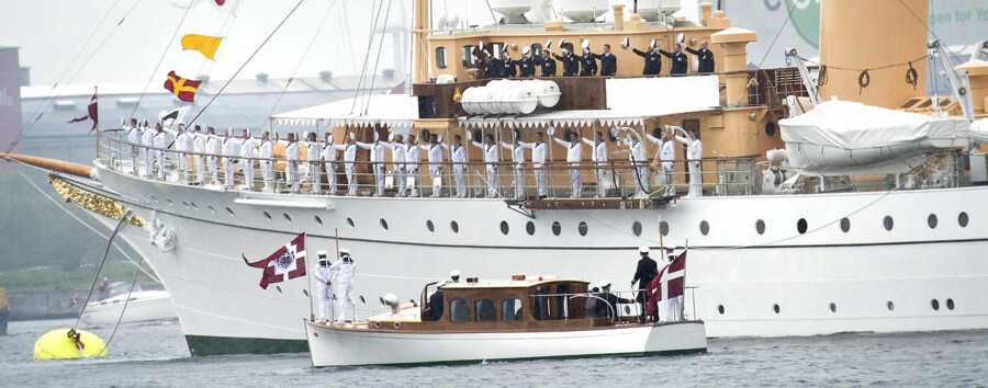 Kongeskibet Dannebrog med Prinsgemalen ombord sejlede natten til tirsdag i høj sø i den Engelske Kanal, da den ene motor pludselig gik i stykker måtte skibe derfor søge i havn i Southampton for at få repareret motoren.