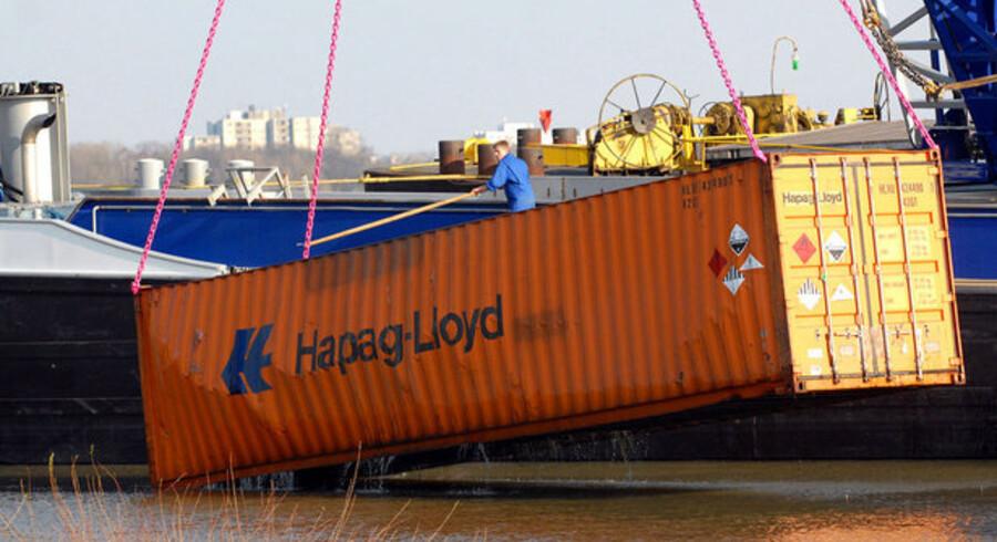 Hapag-Lloyd risikerer mere end at tabe containere, som denne der i marts blev fisket op af Rhinen, hvis rederiet ikke får friske milliarder fra aktionærerne.