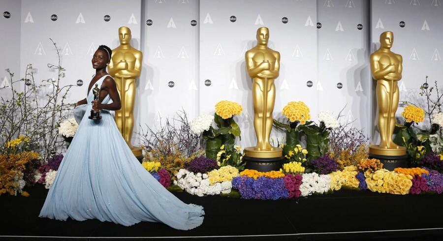 Blå var en af de populære farver på den røde løber ved årets Oscar-uddeling hvor både Lupita Nyong'o, Amy Adams, Liza Minnelli og Sandra Bullock var trukket i det helt store blå skrud. Se her de flotte og farverige kjoler fra nattens Oscar-uddeling.