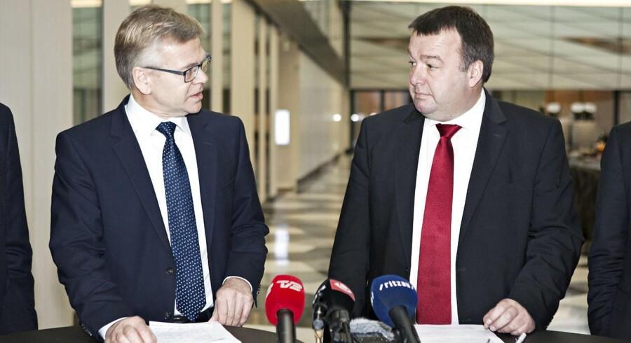 Overenskomstforhandlingerne på industriens område er afsluttet med forhandlerne CO-industris forbundsformand Claus Jensen (th) og Dansk Industris adm. direktør Karsten Dybvad (tv)- -