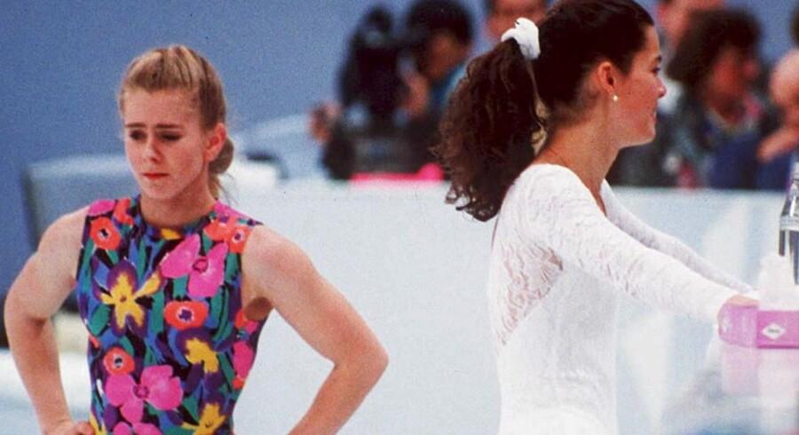 Tonya Harding (tv) og Nancy Kerrigan undgår hinanden under træning ved vinterlegene i Norge.