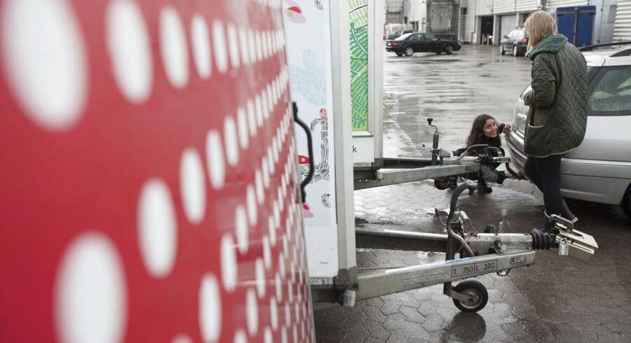 Freetrailer står bag gratis trailere hos Ikea og Silvan og er gået ind på det tyske marked. Sara Khalili, 22, og Sofie Due Vesterlund, 23, er ved at flytte til en ny lejlighed. De har købt to senge i IKEA og har lånt en trailer til at få dem og deres andre ting transporteret.