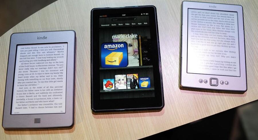 Amazons Kindle Fire (i midten) blev lanceret i september sidste år. Nu kommer efterfølgeren - som en af mange store teknologilanceringer i de kommende uger. Arkivfoto: Emmanuel Dunand, AFP/Scanpix