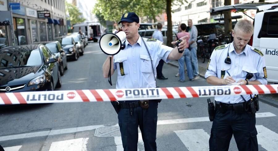 """Politiet tog ingen chancer og afspærrede flere gader omkring Landgreven 2 i Inde København i flere timer, mens den mistænkelige """"bombebil"""" blev undersøgt af militærets bomberyddere (bagerst i billedet)."""