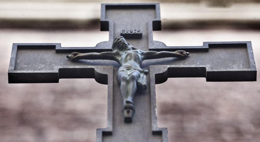 18 procent af danskerne bekender sig ikke til nogen religion, men kalder sig ateister. Billedet viser statuen St. Ansgarius foran den katolske domkirke i København, Sankt Ansgars Kirke.