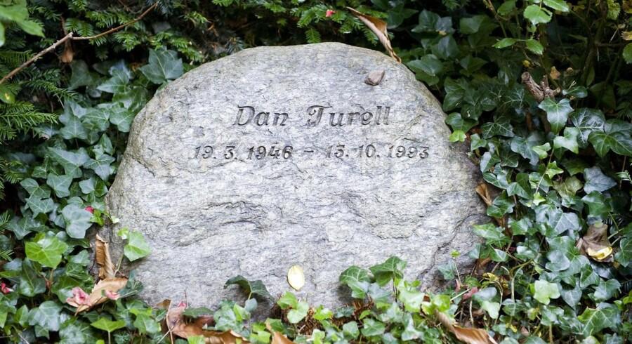 Dan Turèll. Digteren fra Vangede udgav talrige livsfulde anarkistiske digt- og tekstsamlinger. Han blev kendt som Onkel Danny og fik sit folkelige gennembrud med romanen 'Vangede Billeder' i 1975 og udgav 12 bøger i sin krimi-serie startende med 'Mord i Mørket'. Han døde 15. oktober 1993.