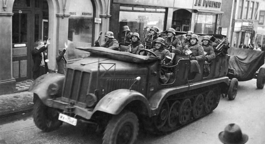 Arkivfoto: Den tyske besættelse d. 9. april 1940 under 2. verdenskrig. Tyske motorvogne kører gennem Aabenraas gader hilst af hjemmetyskere