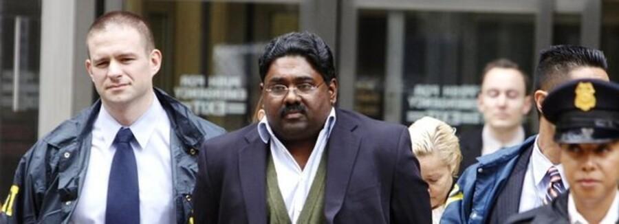 En af de sigtede, milliardæren Raj Rajaratnam, føres væk fra sit kontor af politiet.