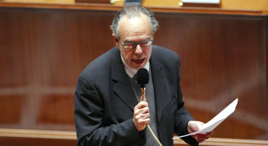 Den franske kulturminister, Frédéric Mitterrand, taler for en ny lov, som skal kunne kappe Internet-forbindelsen hos folk, der henter piratkopier på nettet. Loven blev vedtaget med 285 stemmer mod 225. Foto: Patrick Kovarik, AFP/Scanpix