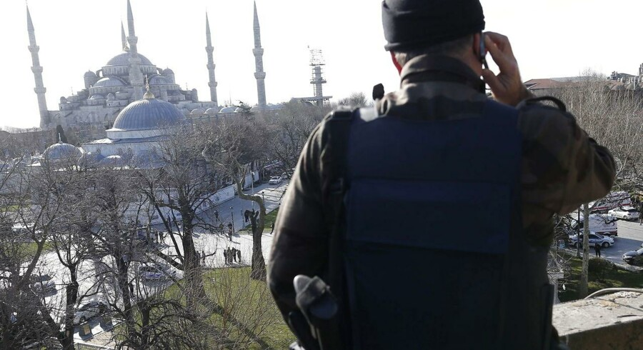 epa05098262 Member of Turkish SWAT stand guard on a building after an explosion near the Blue Mosque, in the Sultanahmet district of central Istanbul, Turkey, 12 January 2016. Ten people are dead and 15 injured following an explosion in the Sultanahmet district of central Istanbul, the Anadolu news agency reported, citing the city's governor. According to the report, government sources suspect the explosion was intended as a terror attack. Police believe a suicide bomber was to blame, broadcaster CNN Turk reported. EPA/SEDAT SUNA
