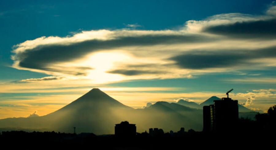 Det tætte røgslør vulkanerne er indhyldet i afslører, at de stadigvæk er aktive.