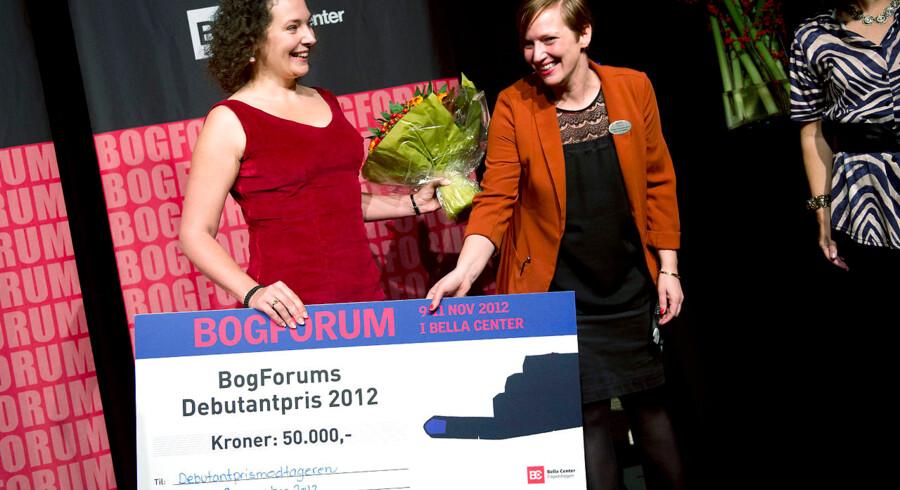 Anne-Cathrine Riebnitzsky får prisen overrakt af Bogforums projektleder Stine Hjortlund Kristoffersen.