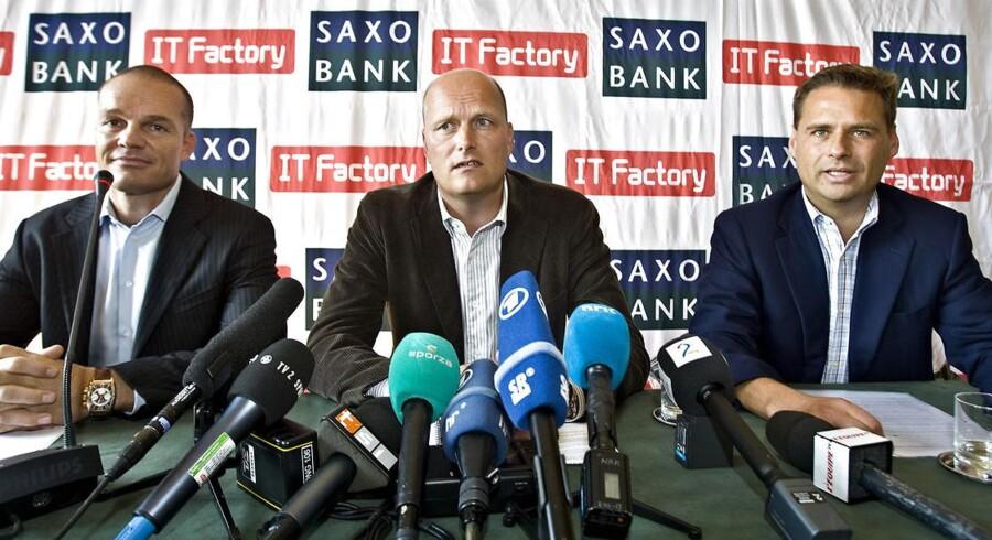 Stein Bagger, Bjarne Riis og Saxo Banks Kim Fournais skulder ved skulder, da sponsor-aftalen mellem cykelholdet og de to sponsorer blev offentliggjort.