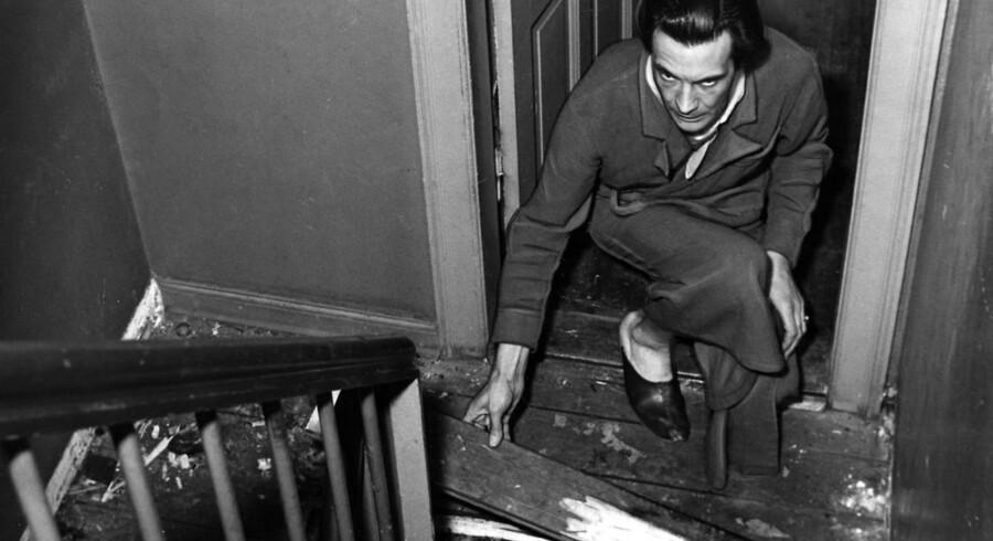 Den opmærksomhedssøgende Knud Rex solede sig i mediernes søgelys. Her viser han sin afbrændte køkkentrappe frem.