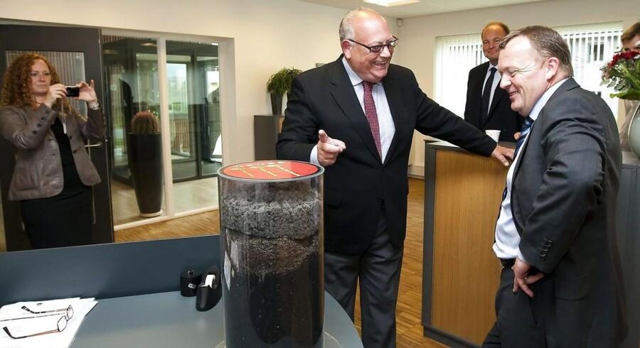 ARKIVFOTO. Tidligere statsminister Lars Løkke Rasmussen besøger dæk-genanvendelses-virksomheden Genan i Viborg onsdag den 9. juni 2010 hvor han blev modtaget og vist rundt af idemand og grundlægger Bent Nielsen (tv ) (Foto: Preben Madsen/Scanpix 2010)
