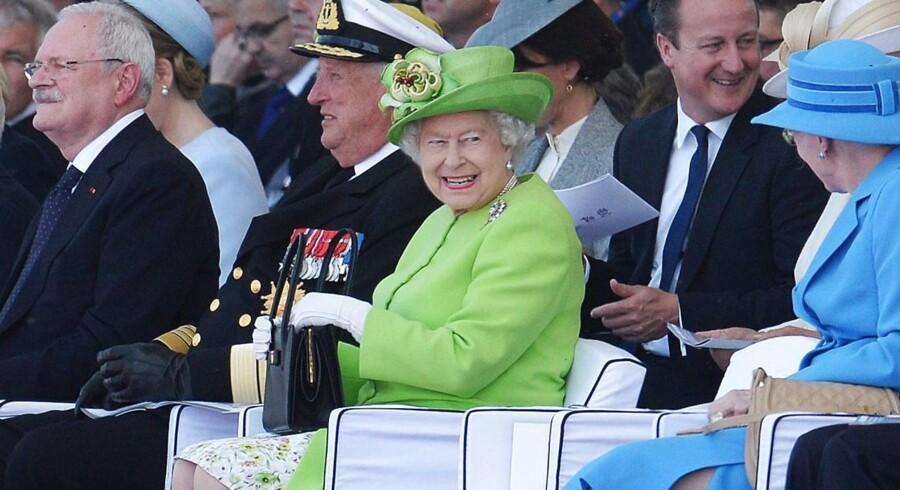 Arkivfoto: Her ses Dronning Elizabeth og premierminister David Cameron sammen med blandt andre Dronning Margrethe ved en højtidelighed for Slaget ved Normandiet.