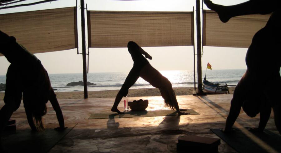 Der er noget helt unikt over at dyrke yoga med udsigt til det arabiske hav.