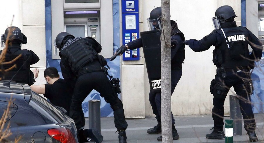 Gidseltageren bliver anholdt af franske specialstyrker fra politiet. Gidseldramaet blev hurtigt overstået.