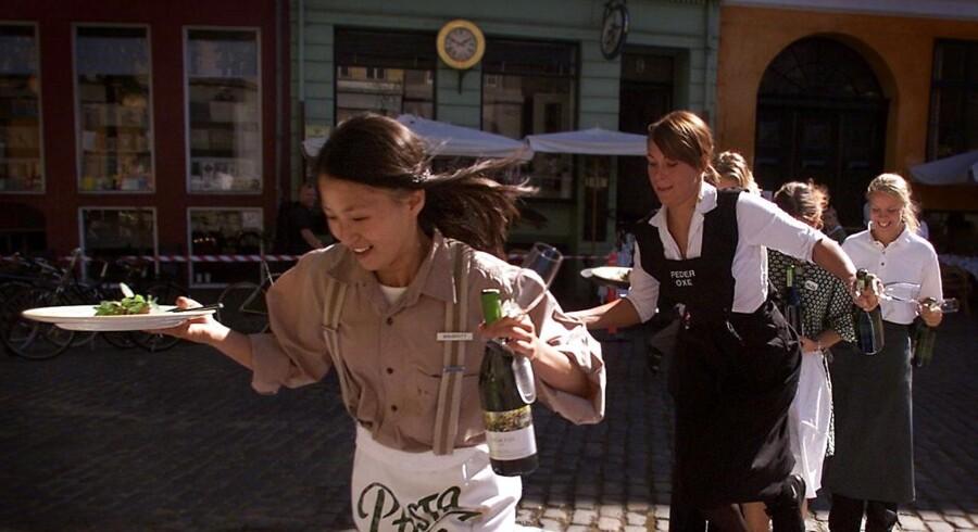 Service er meget mere end hurtig betjening, som billedet her fra et af de traditionsrige tjenerløb på Gråbrødre Torv i København. Det skal tjenere og ansatte i hoteller, lufthavn, forretninger og taxachauffør lære i projekt NICE.