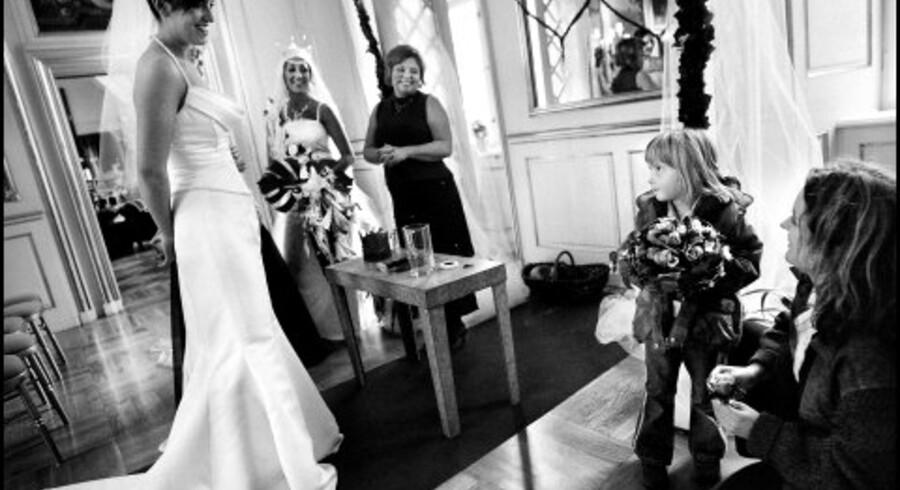 Cecilie Lindskov skal være brudepige ved sin mors og fars bryllup næste år. På bryllupsmessen på Næsbyholm Slot får hun lov at holde en rigtig brudebuket, mens hun ser på brudekjolemodellerne.<br>Foto: Rune Feldt-Rasmussen