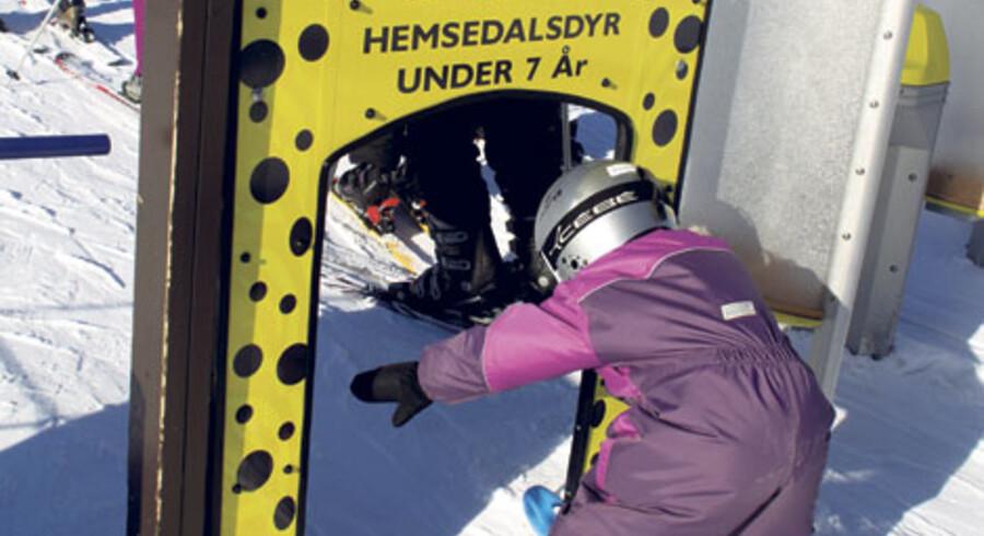 Skilæreren Lisa laver forskellige øvelser med Anna, der styrker den fireåriges motorik – eksempelvis at løfte skiene, holde armene ud til siden eller klappe sig selv på hjelmen.
